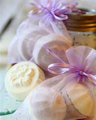 Last Minute Holiday Gifts Countdown Day 1: DIY Bath Bombs