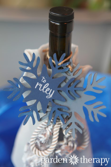 Use chalkboard painted wood ornaments as gift tags on wine