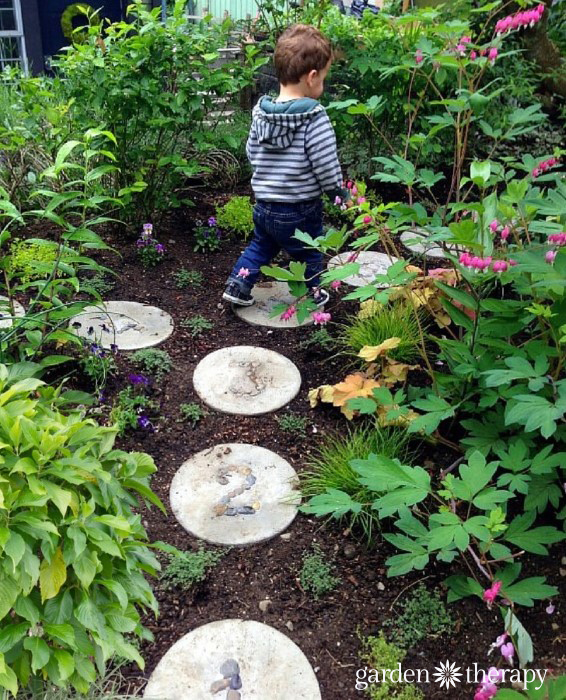 Hopscotch in the garden with diy concrete stepping stones for Diy garden stepping stones