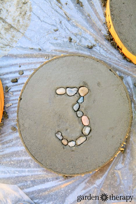 How to make concrete stepping stones for the garden with numbers set in rocks (5)