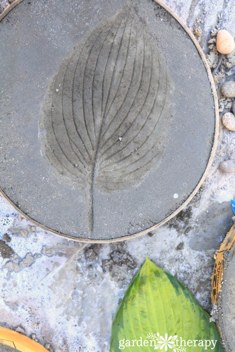 DIY round stepping stones with leaf imprints