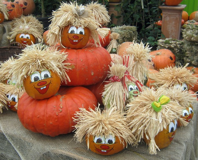 painted-pumpkin-faces-with-straw-hair-quirky-fall-decorating-with-pumpkins