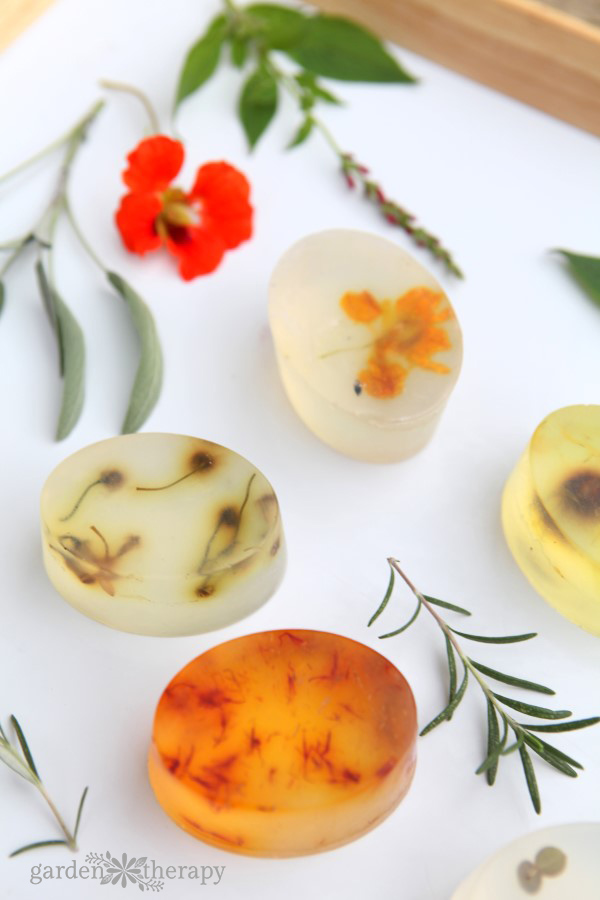 These botanical soap bars are decorated with flowers, herbs, and leaves found in the garden. See the step-by-step instructions for how to make them at home.