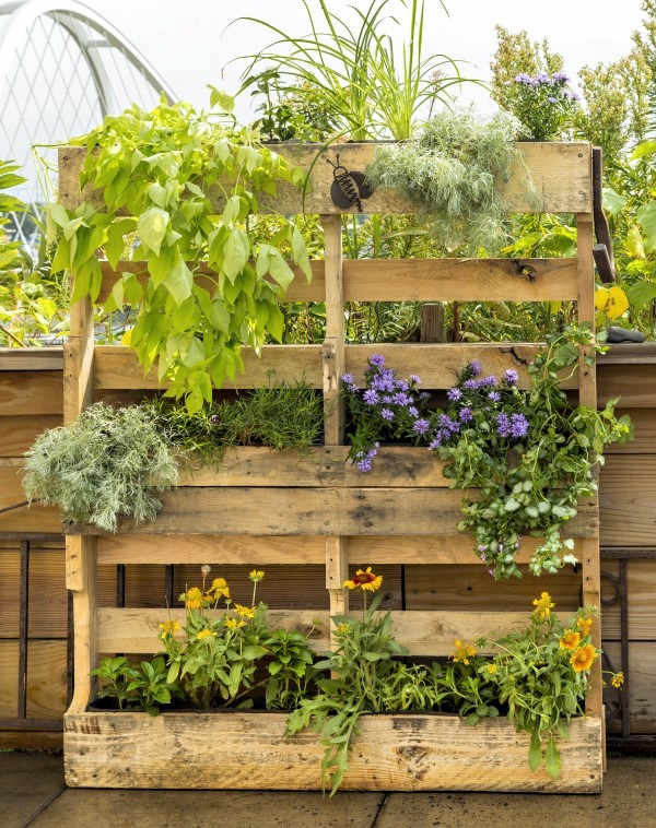 Pallet planter ideas that stylishly bring upcycling to for Making planters from pallets