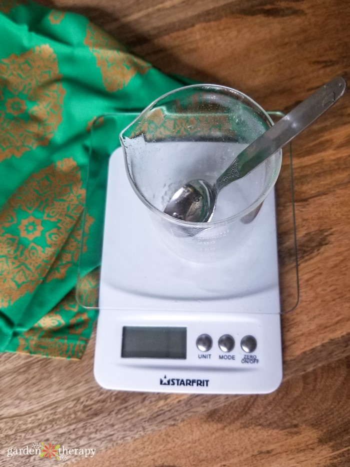 Kitchen scale with glass measuring bowl